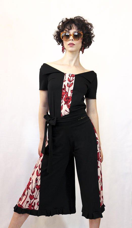 V68 Maglia nera con fascia centrale fiori rossi Elio Fronterrè collezione primavera estate 2021 via con me marzamemi sicilia sicily 2